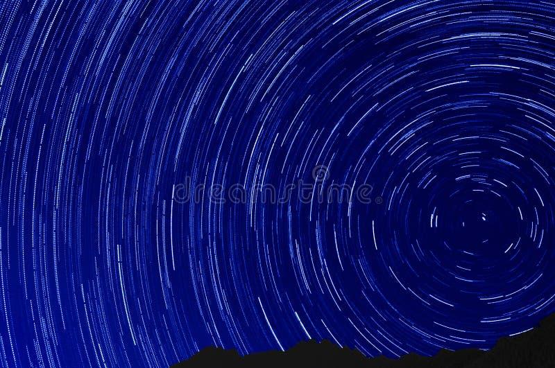 Effet de traînée d'étoile au-dessus de ciel nocturne de montagne photos libres de droits