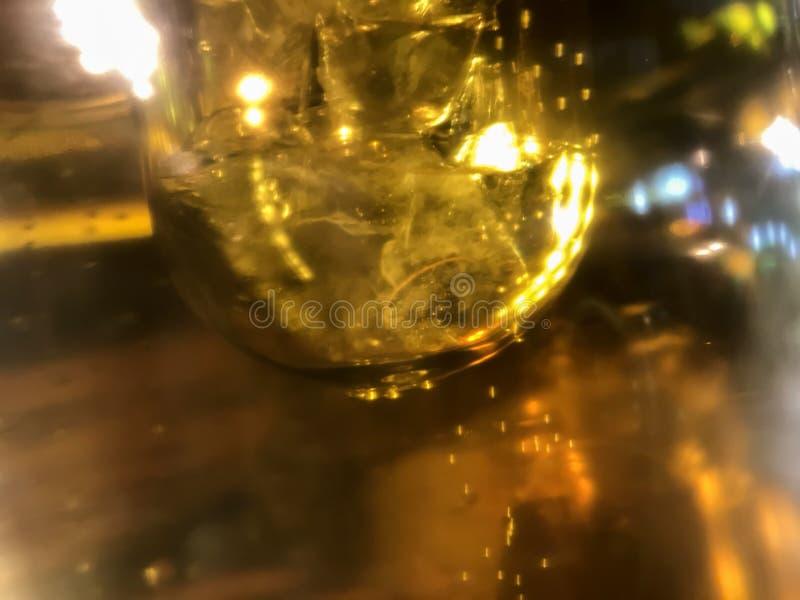 Effetto della luce astratto della fine sui tubi della birra con le belle bolle nell'alto ingrandimento fotografia stock