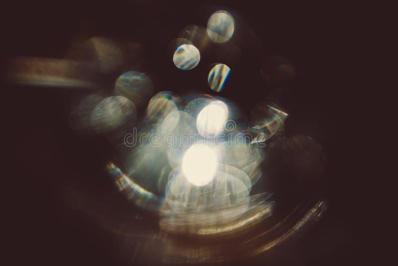 Effetto della luce reale del chiarore della lente su fondo scuro Luce solare rifranta in vetro Pu? essere utilizzato nelle vostre fotografia stock libera da diritti