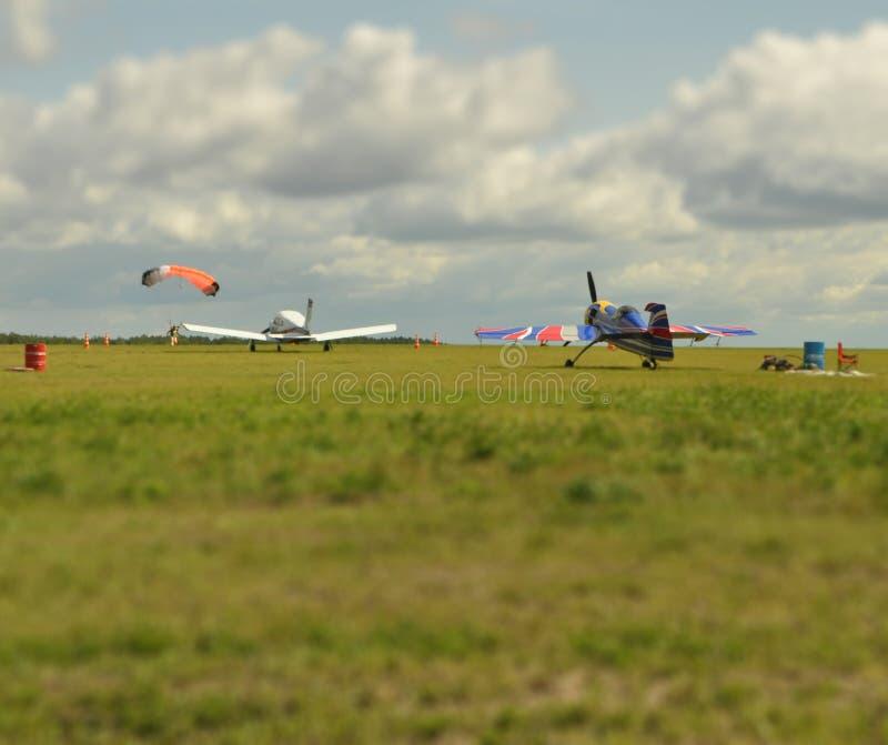 Effetto dello spostamento di inclinazione Aerei e paracadutista sull'aerodromo immagine stock