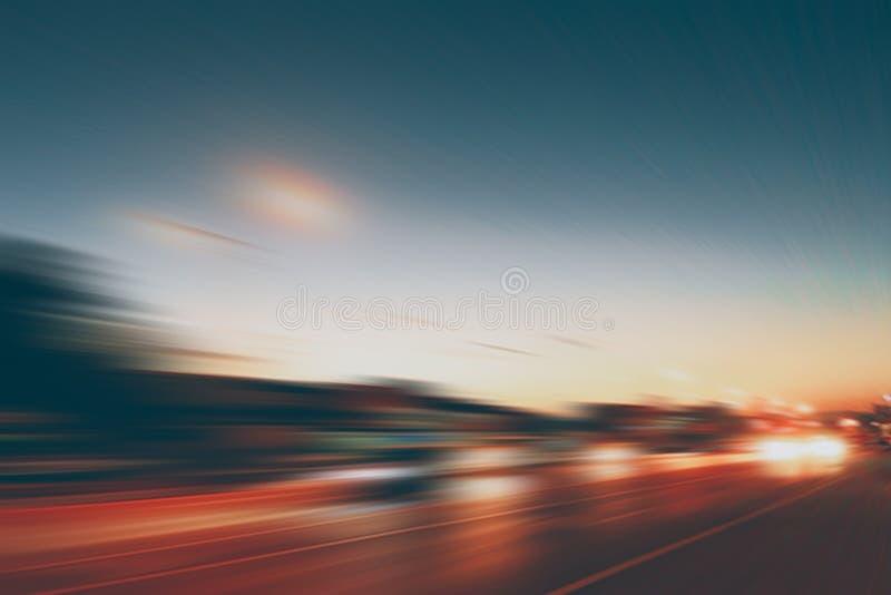 Effetto eccellente di velocità di moto della strada principale della sfuocatura della strada di crepuscolo fotografia stock libera da diritti