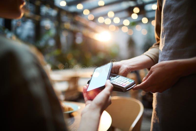 Effettuare pagamento online in caffè fotografia stock libera da diritti