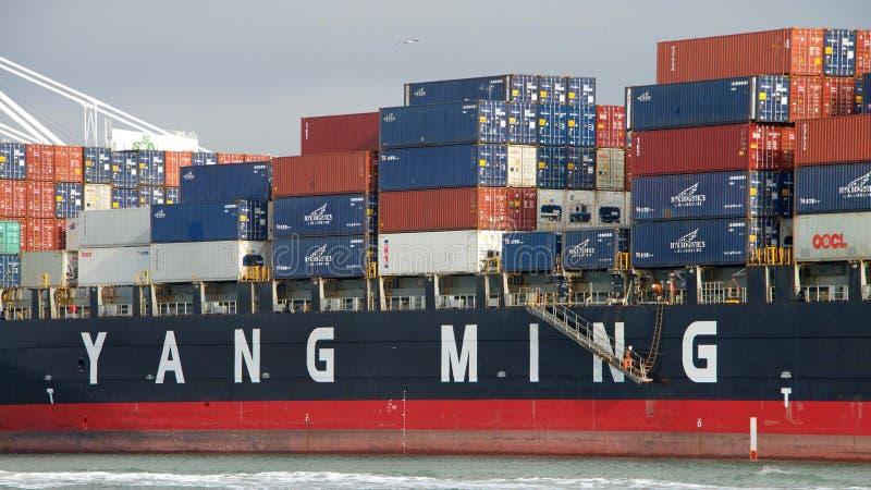 EFFICACITÉ du cargo YM partant le port d'Oakland photos stock