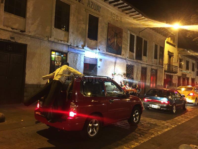 Effigie of Viejo op Rug van Auto in Cuenca Ecuador op Nieuwjarenvooravond stock foto