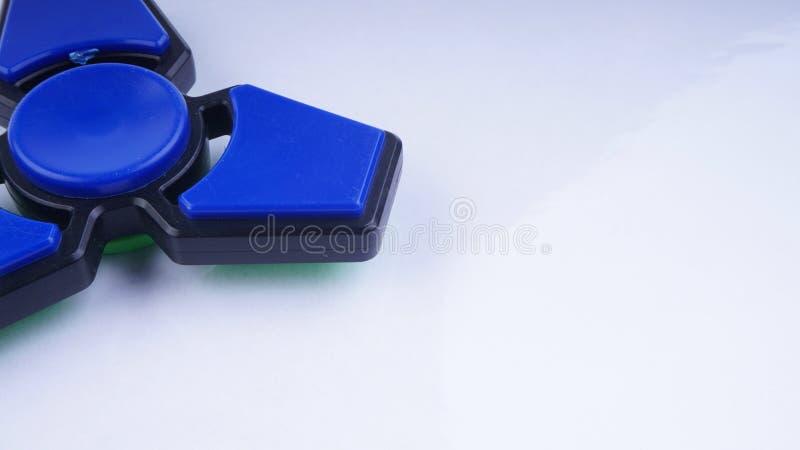 Effort de fileur de doigt de personne remuante, jouet de soulagement d'inquiétude sur le fond blanc photographie stock