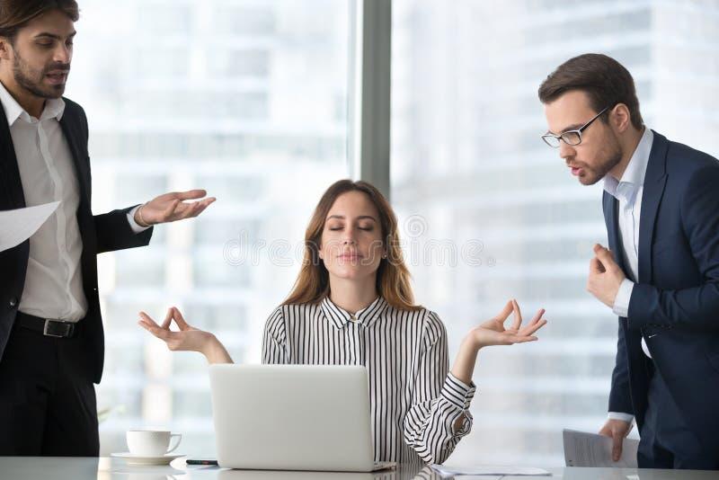 Effort de gestion de femelle calme sur le lieu de travail non impliqué dans les combats images stock
