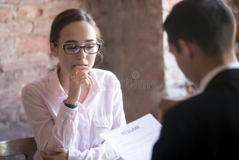 Effort femelle de sentiment de demandeur de travail, effrayé, nerveux à l'inte du travail image libre de droits