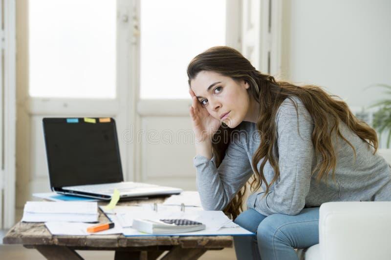 Effort inquiété de douleur de femme faisant les factures et les factures domestiques d'écritures de comptabilité photographie stock