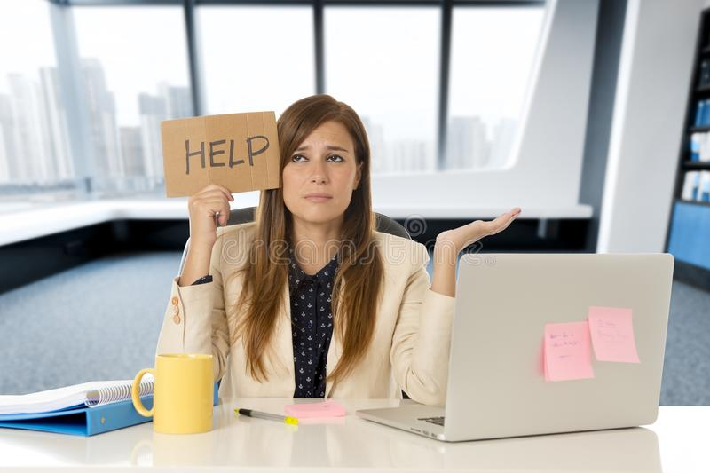 Effort triste et désespéré attrayant de douleur de femme d'affaires au signe d'aide de participation de bureau d'ordinateur porta photo libre de droits