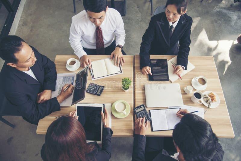 Eficazmente reunião da conferência da equipe do negócio Grupo de pessoas da parceria que constrói trabalhos de equipe bem sucedid imagens de stock