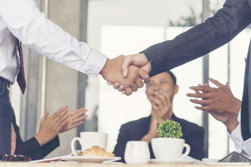 Eficazmente reunião da conferência da equipe do negócio Grupo de pessoas da parceria que constrói trabalhos de equipe bem sucedid fotografia de stock royalty free