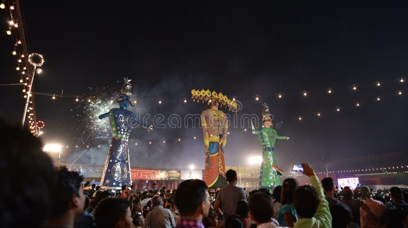 Efigies enormes del rey Ravana, su hijo Megnath y hermano Kumbhkarana (malvados de Ramayana épico mitológico hindú) fotos de archivo