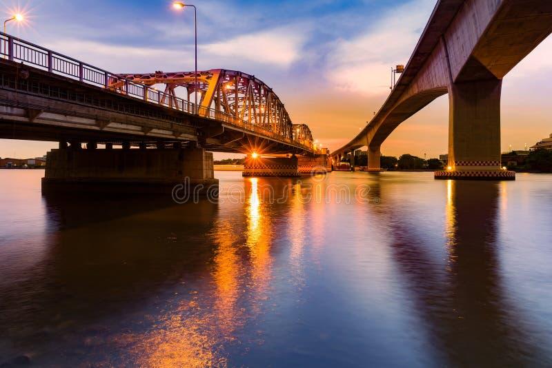 Efter solnedgång över metallbron korsa över den Bangkok floden royaltyfri foto