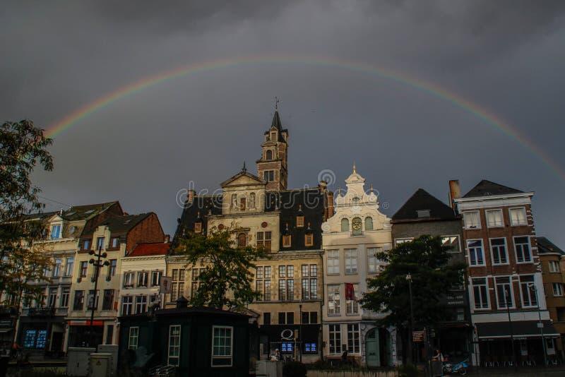 efter stormen över mitten av staden av Mechelen, en stor, härlig och ljus regnbåge visades, omgav det medeltida H arkivfoton
