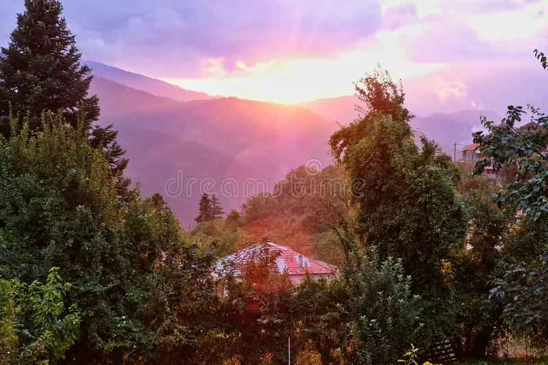 Efter stormsolnedgång grekisk bergby arkivbilder