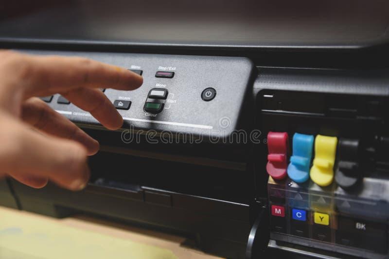 Efteraparebegrepp - knapp för press för hand för affärsman på panel på skrivarfärgpulver för tillförsel för bildläsarkopieringsma arkivfoton