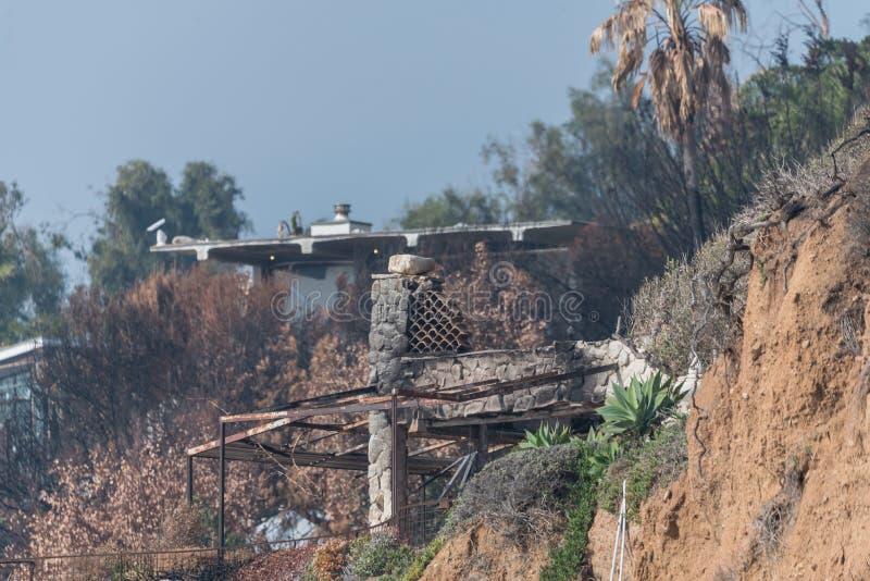 Efterdyning av den Woolsey branden på El-matador State Beach i Malibu royaltyfria foton