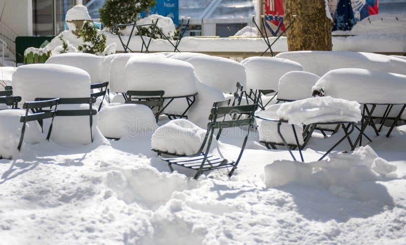 Efterdyningen av en vinterhäftig snöstorm, Bryant Park, New York royaltyfria foton