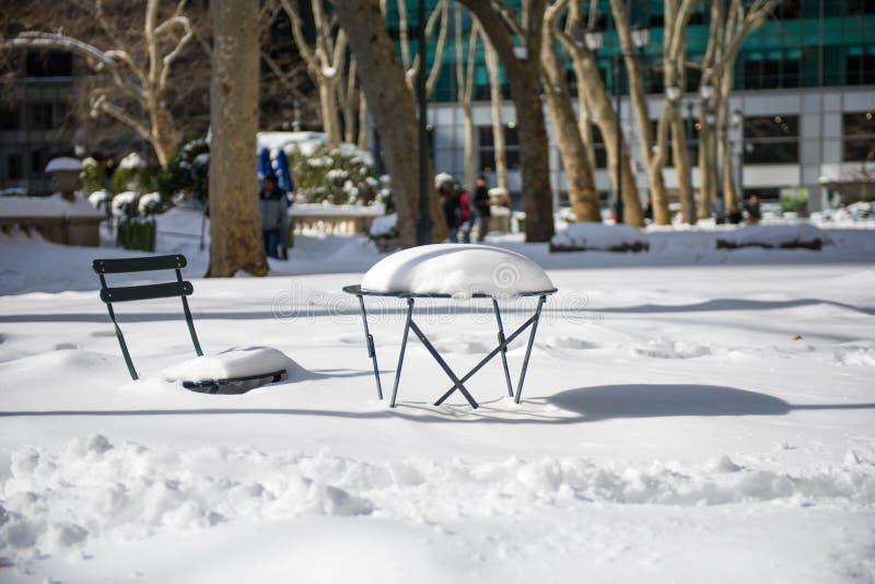Efterdyningen av en vinterhäftig snöstorm, Bryant Park, New York arkivfoton