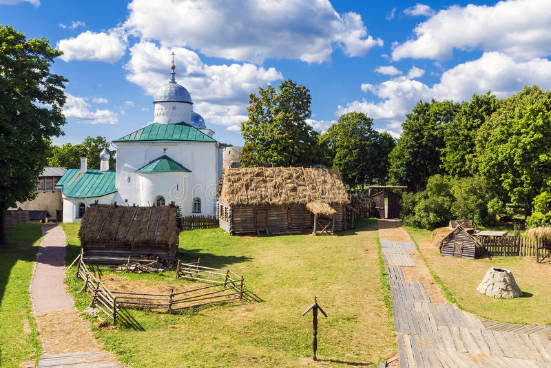 Efterföljd av en medeltida by i den ryska staden av Izborsk f royaltyfri foto