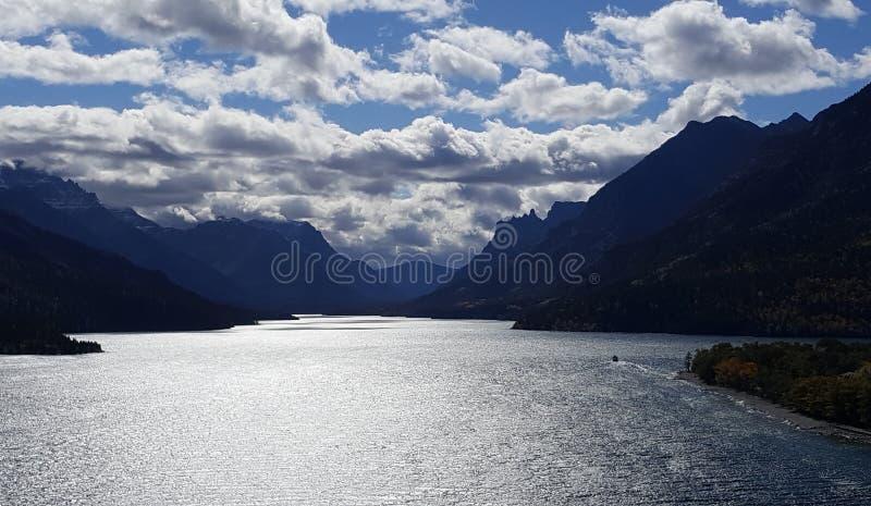 Eftermiddagen för skönhet på senare på Waterton sjön arkivbilder