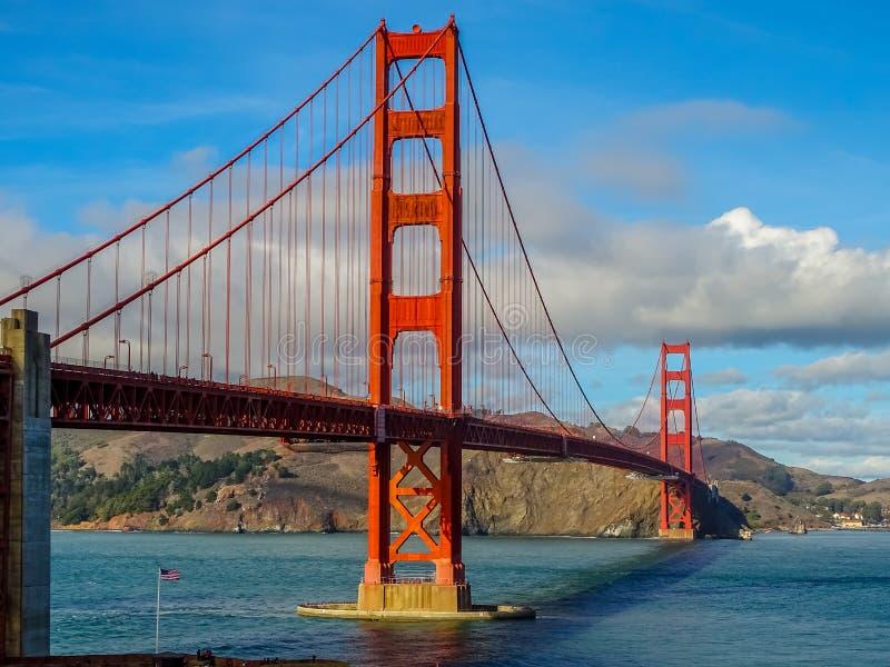 Eftermiddagsolinställning på Golden gate bridge fotografering för bildbyråer