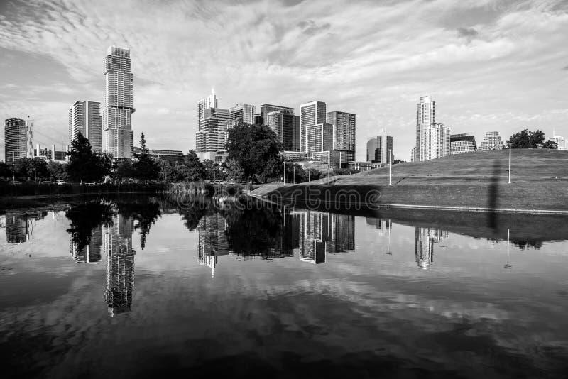 Eftermiddagsolsken i Austin, Texas flyg- surrsikt av den i stadens centrum moderna staden för horisontCityscape royaltyfria foton