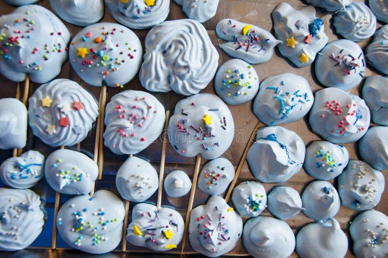 Dessert av blåfärgning Söt liv Lollipop eller meringue söt på godis Äggvit och gräddkräm Kiss d arkivfoto