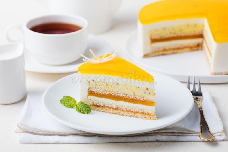 Efterrätt för mousse för kaka för passionfrukt, tropisk anstrykning arkivfoton