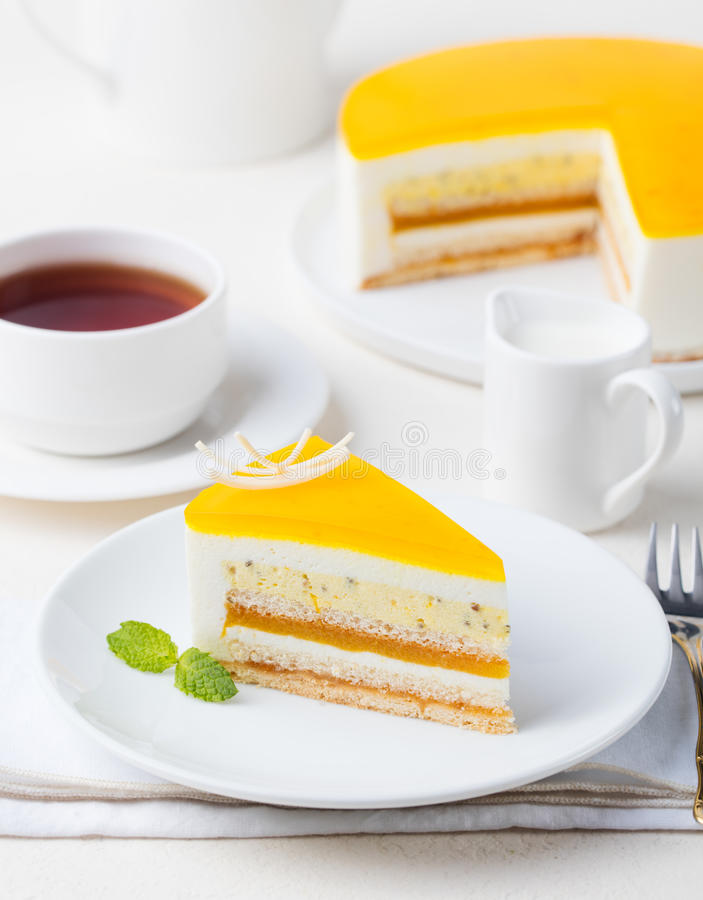 Efterrätt för mousse för kaka för passionfrukt, tropisk anstrykning royaltyfri fotografi