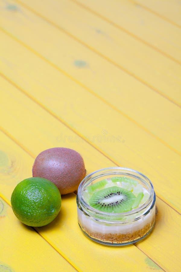 Efterrätt för ostkaka för kiwilimefrukt söt Färgrik sommarvegetarian f royaltyfria bilder