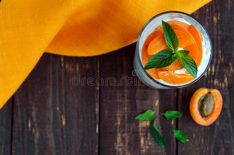 Efterrätt för sommarställeost med nya aprikors arkivbilder