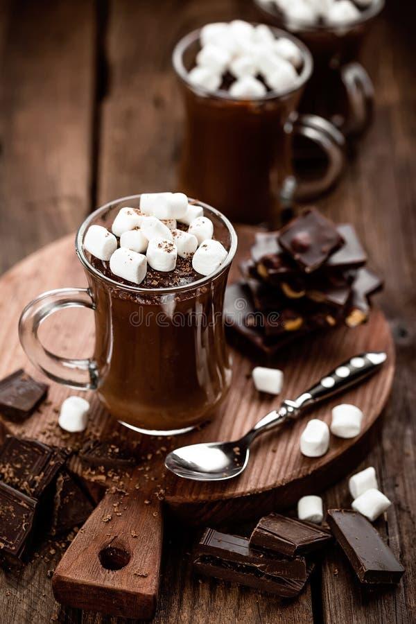 Efterrätt för varm choklad med marshmallower royaltyfria bilder