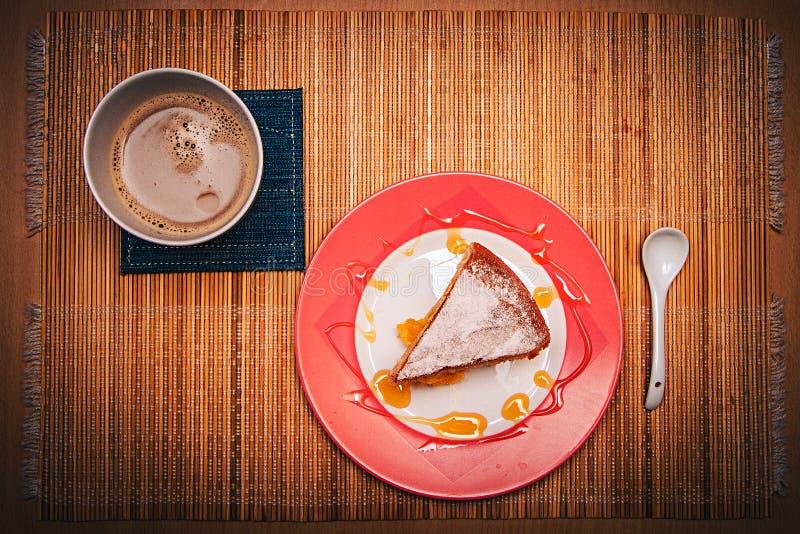 Efterrätt med en drink/med kaffe på en bambubordduk ovanför sikt arkivfoto