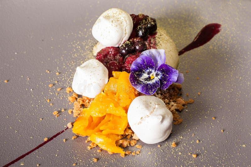Efterrätt på frukosten från en glass med en jordgubbe, Ð-¿ ÐΜÑ€ arkivbilder