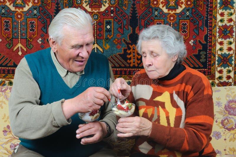 efterrätten äter makafrun royaltyfria bilder