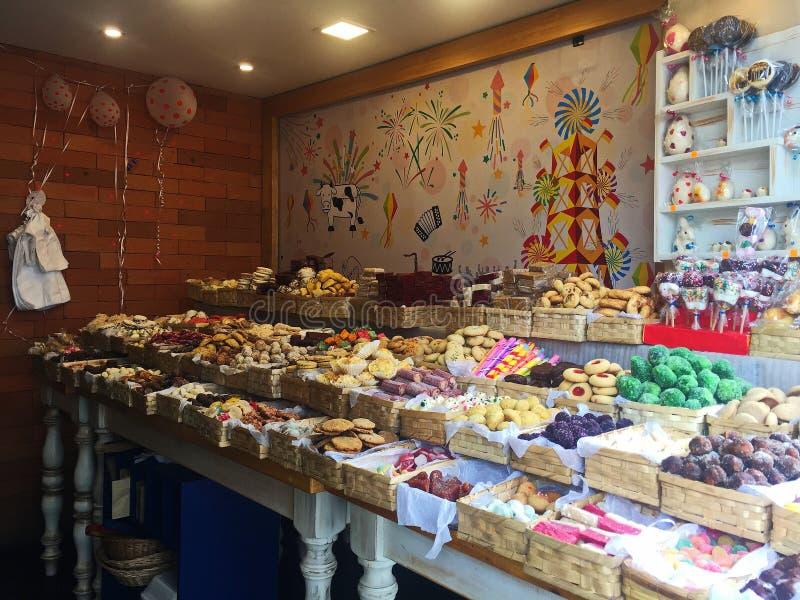 Efterrätten shoppar med färgrika kakor och bakelser i korgar arkivbild
