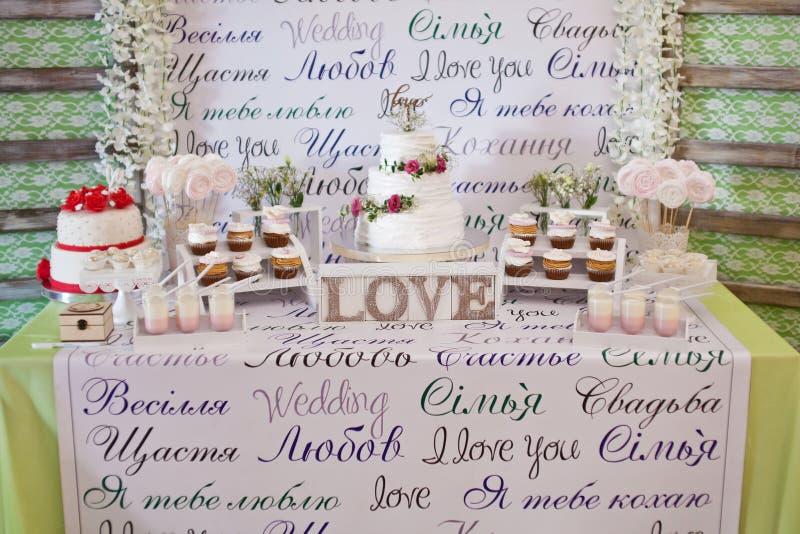Efterrätttabell för ett bröllopparti arkivfoto