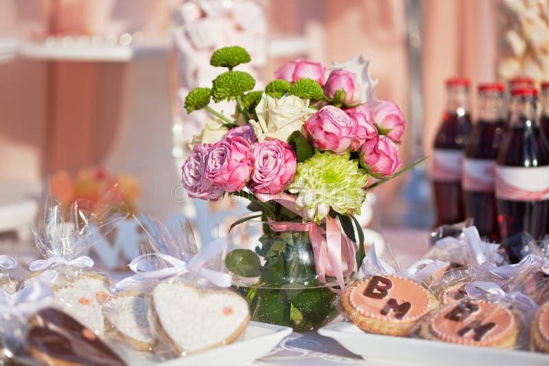Efterrätttabell för ett bröllopparti arkivfoton