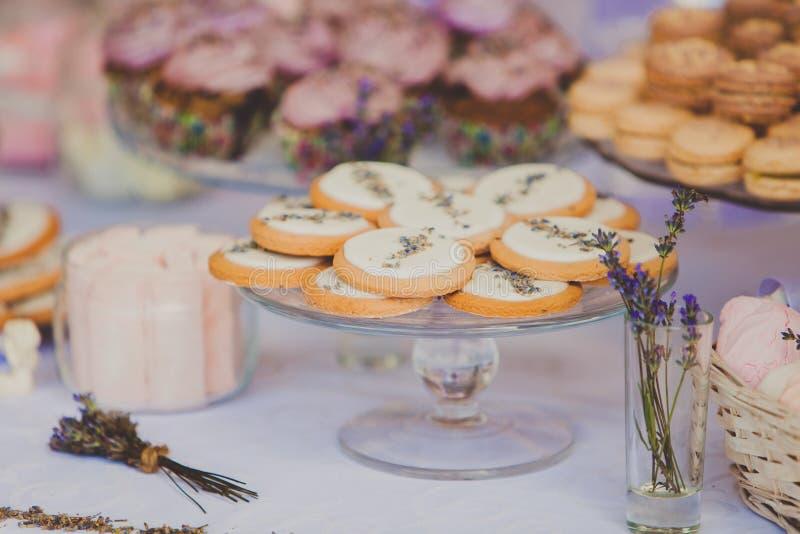 Efterrätttabell för ett bröllopparti kexar royaltyfri bild