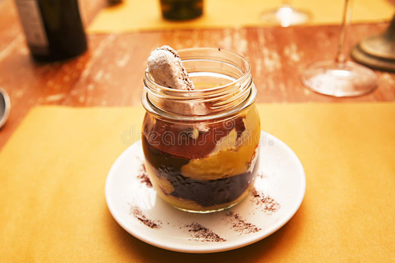 Efterrätttiramisu i en glass krus royaltyfri bild
