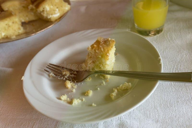 Efterr?tt gaffel och en liten paj I ett exponeringsglas av orange fruktsaft försökt lite royaltyfria bilder