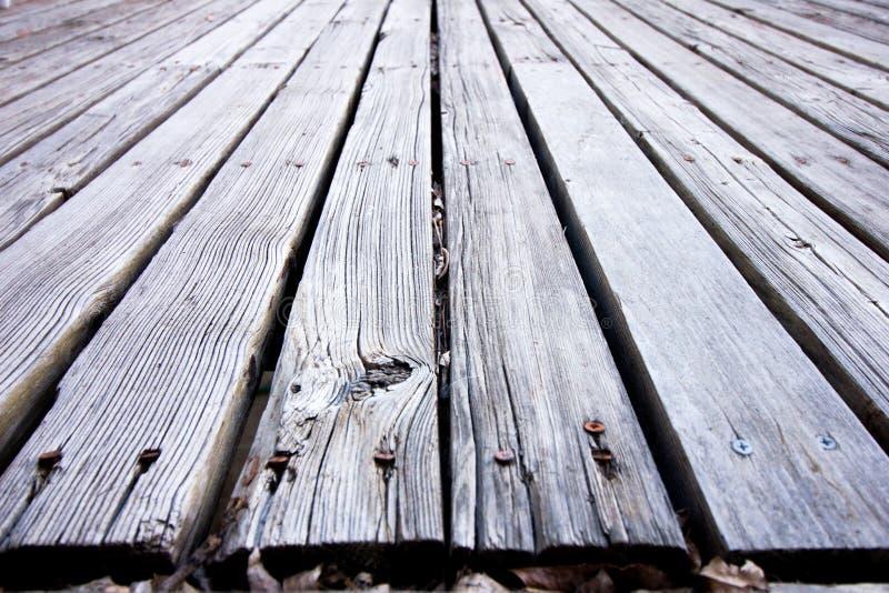 Eftersatt trädäck arkivfoton