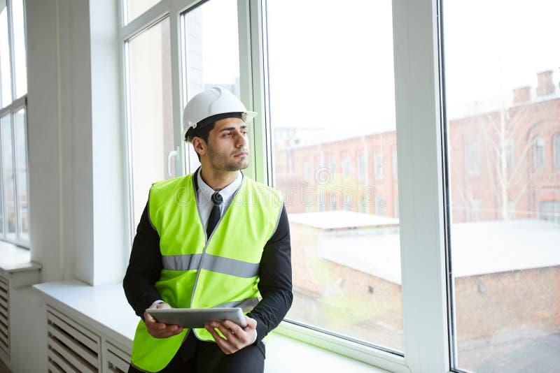 Eftertänksam affärsman på konstruktionsplats arkivfoton