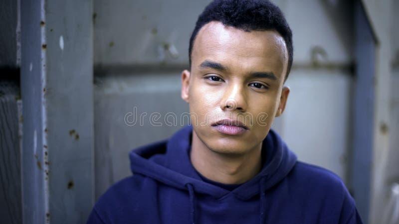Eftertänksam afro--amerikan tonårig stående, hårt liv av flyktingen, ögon som tigger för hjälp royaltyfria foton