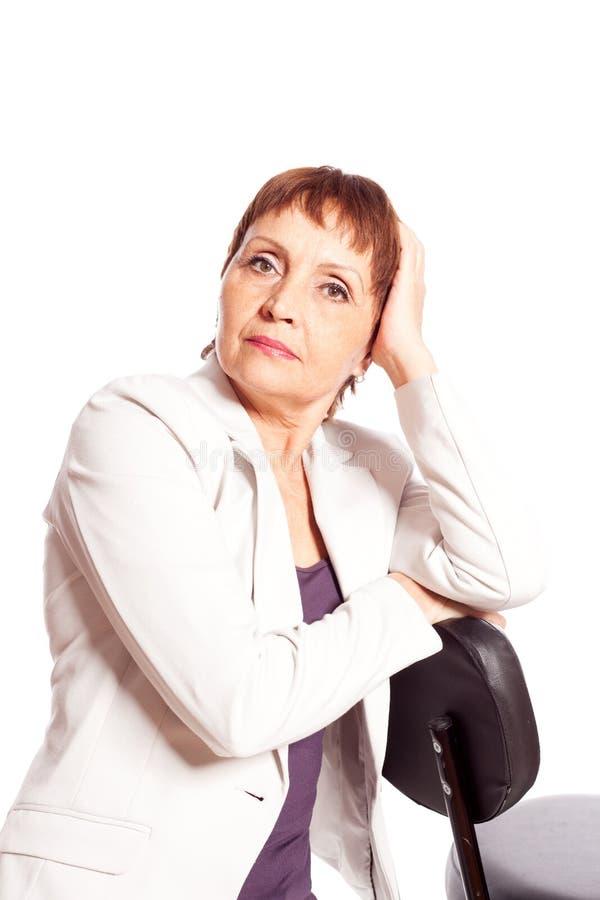 Eftertänksam attraktiv kvinna 50 år arkivbild