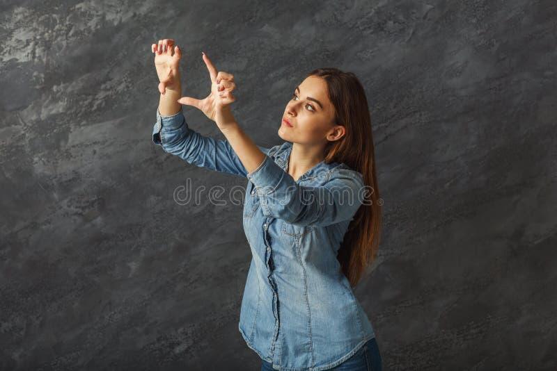 Eftertänksam flickadanandegest på svart bakgrund arkivfoton