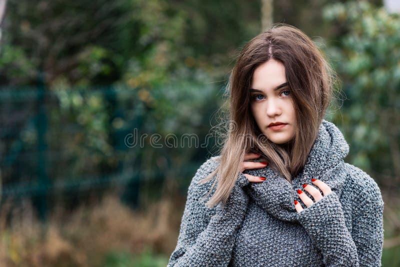 Eftertänksam härlig ung kvinna i woolen tröja arkivfoton
