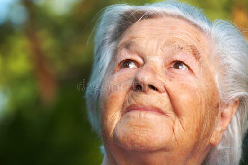 eftertänksam hög kvinna arkivfoto