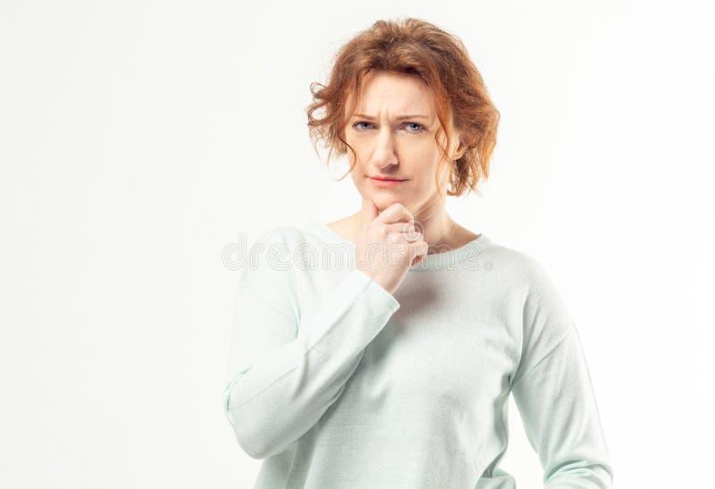 Eftertänksam hög rödhårig mankvinna royaltyfria bilder